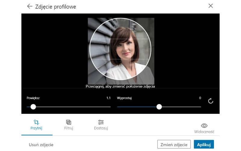 Obrazek pokazuje, jak zmienić zdjęcie profilowe na LinkedIn.